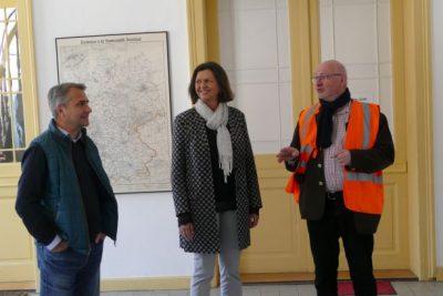 Landtagspräsidentin Ilse Aigner informiert sich bei Bürgermeister Johannes Hagn und Geschäftsführer Heino Seeger.